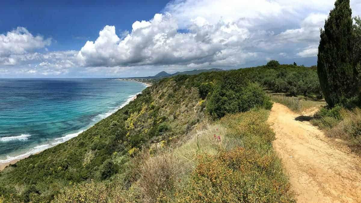 Corfu Trail km 30 Wandern an der Steilküste mit Panorama und Sonnenschein