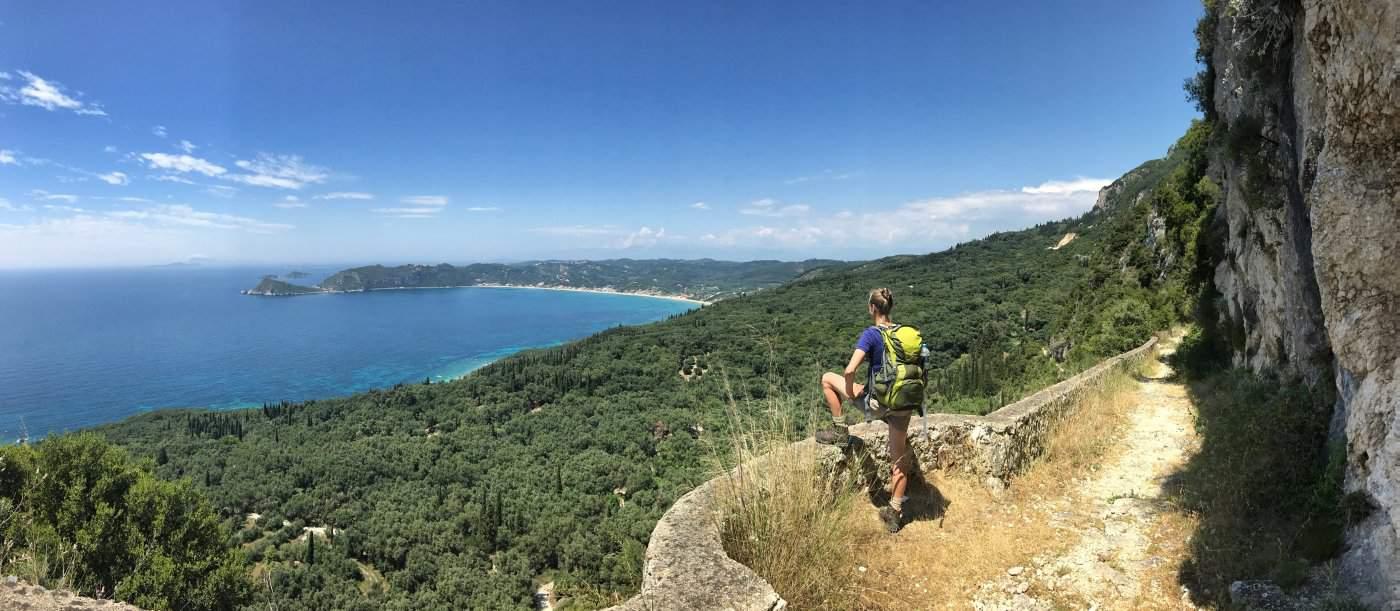 Corfut Trail km 119 tolles Highlight zum Schluss mit Blick auf die Bucht von Agios Georgios im Nordwesten von Korfu
