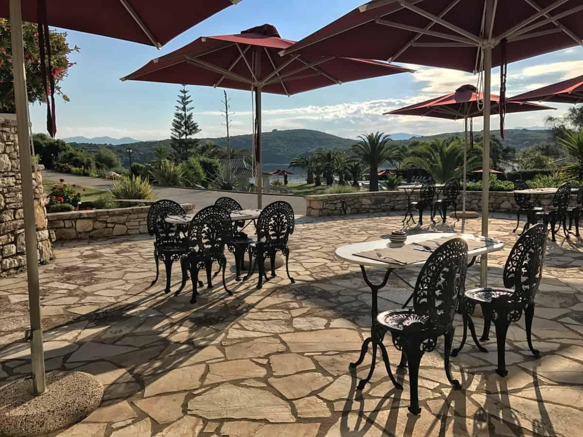 Hotel Bella Mare Insel Korfu Avlaki Kassiopi Frühstücksterrasse in der Morgensonne