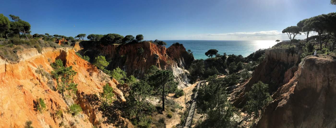 Küstenwanderung Algarve Albufeira Olhos de Água Aufgang zum Aufzug des Pine Cliffs Resorts