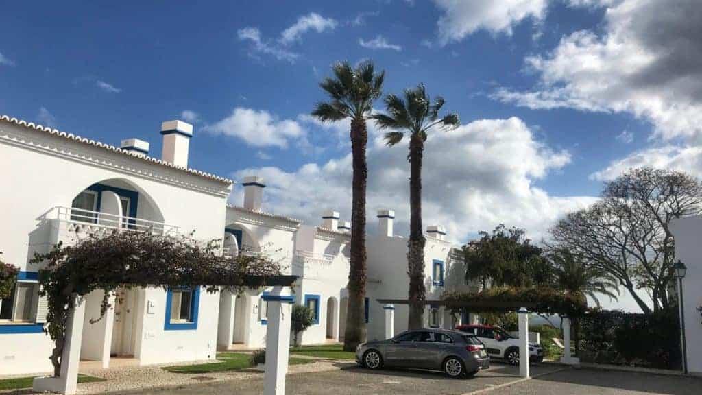 Küstenwanderung Algarve Carvoeiro Pestana Palm Gardens Hotel Resort zweistöckige Gebäude mit Appartments