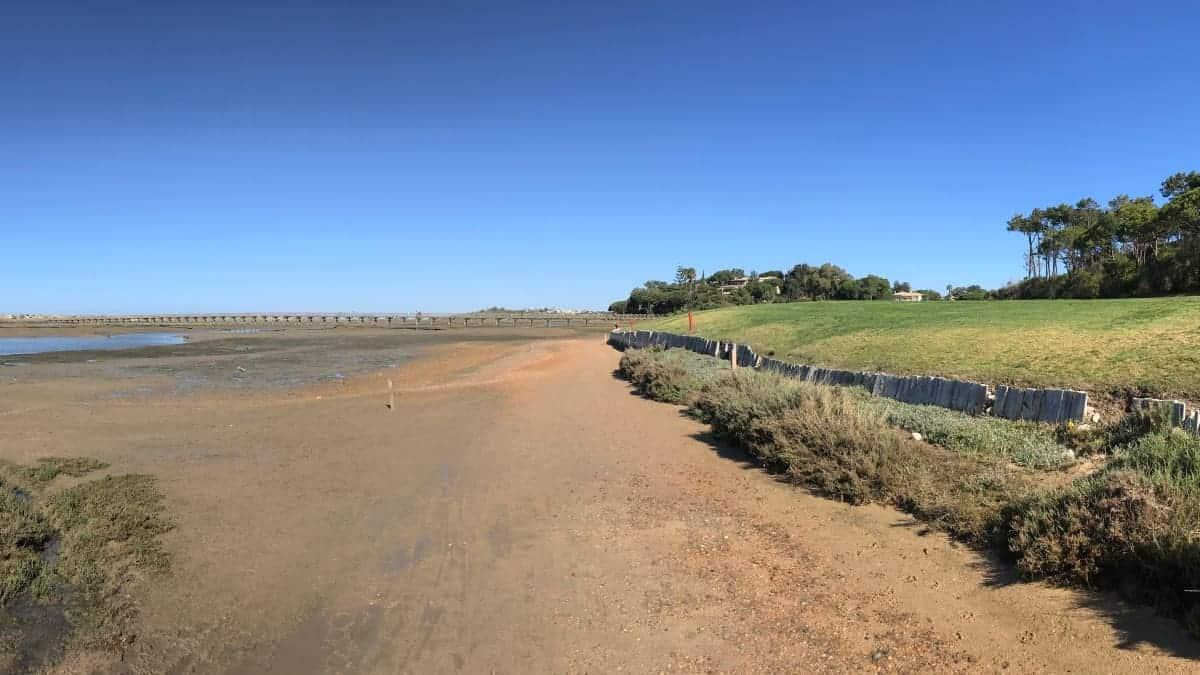 Küstenwanderung Algarve Etappe 1 05 ein Holzsteg führt über die Lagune an den Strand