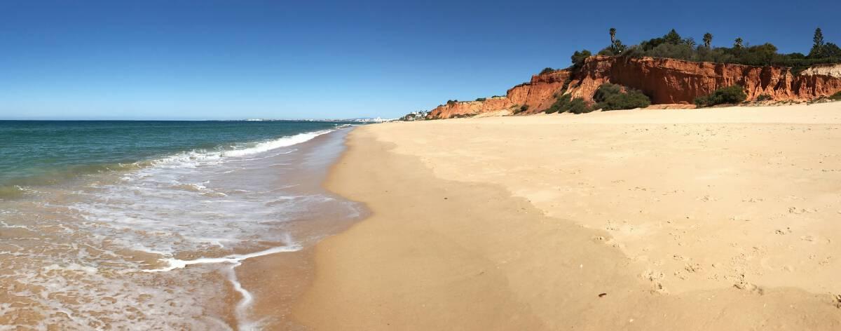 Küstenwanderung Algarve Etappe 1 09 die rötlichen Felsen sind typisch für die Algarve