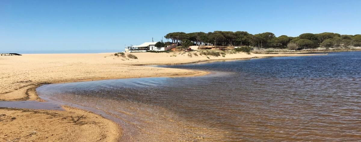Küstenwanderung Algarve Etappe 1 12 kleine Lagune kurz vor Quarteira quer