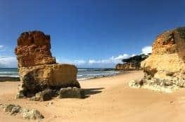 Küstenwanderung Algarve Etappe 2 04 einer der zahlreichen roten Felsen am Strand