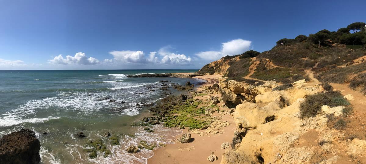 Küstenwanderung Algarve Etappe 2 08 kleine Wanderwege oberhalb des Strand