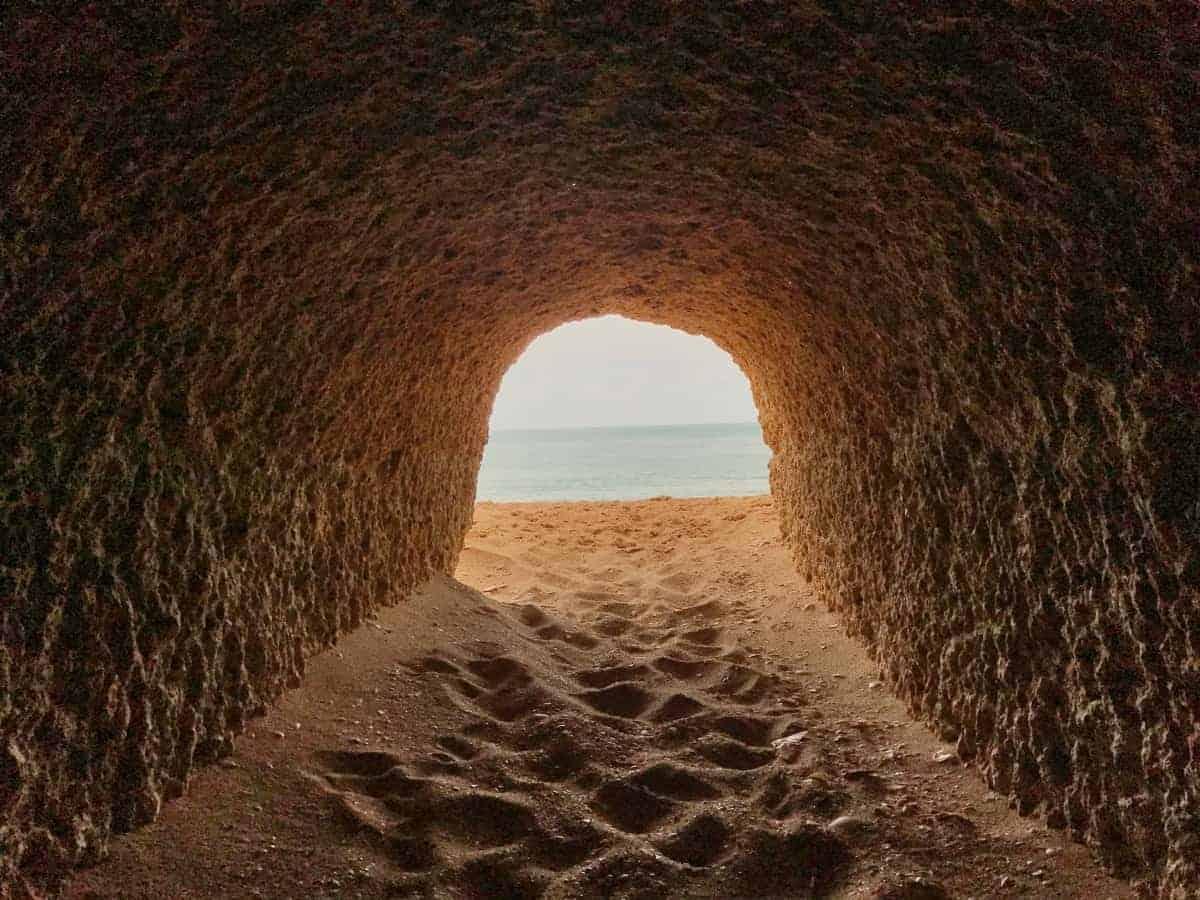 Küstenwanderung Algarve Etappe 3 11 Dieser Tunnel verbindet die Praia da Senhora da Rocha mit der Praia Nova