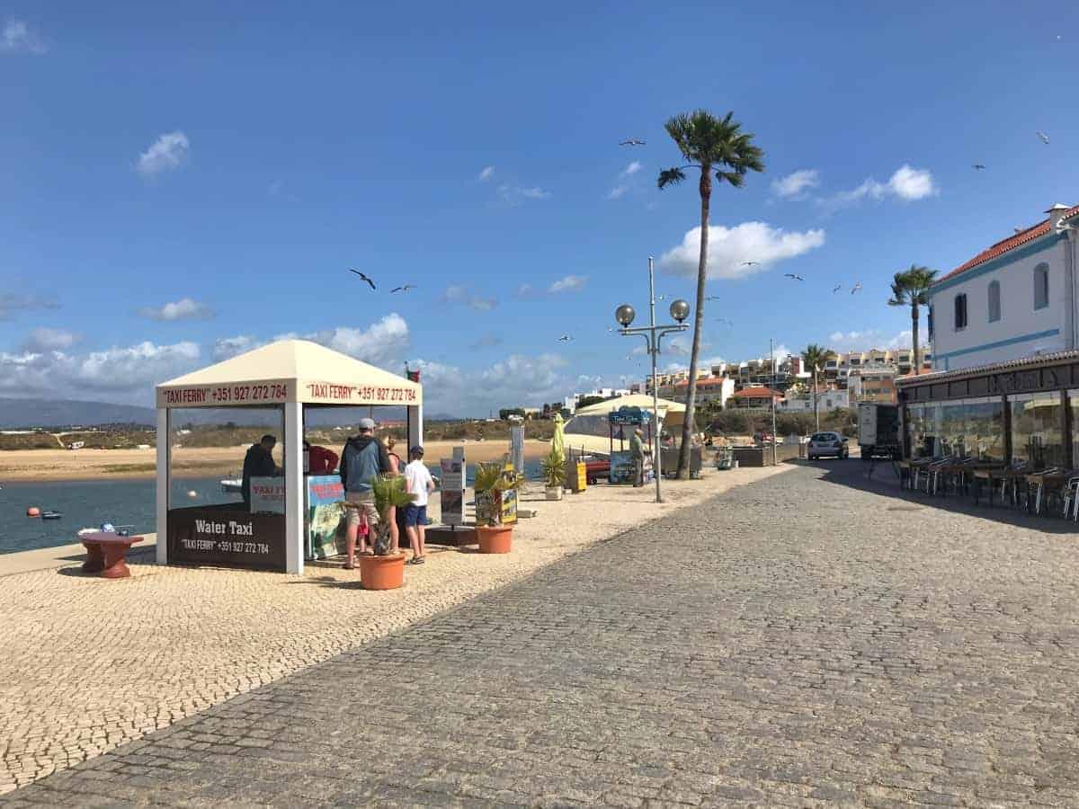 Küstenwanderung Algarve Etappe 4 10 bei gutem Wetter verkehrt das Boot von Ferragudo Taxi Ferry