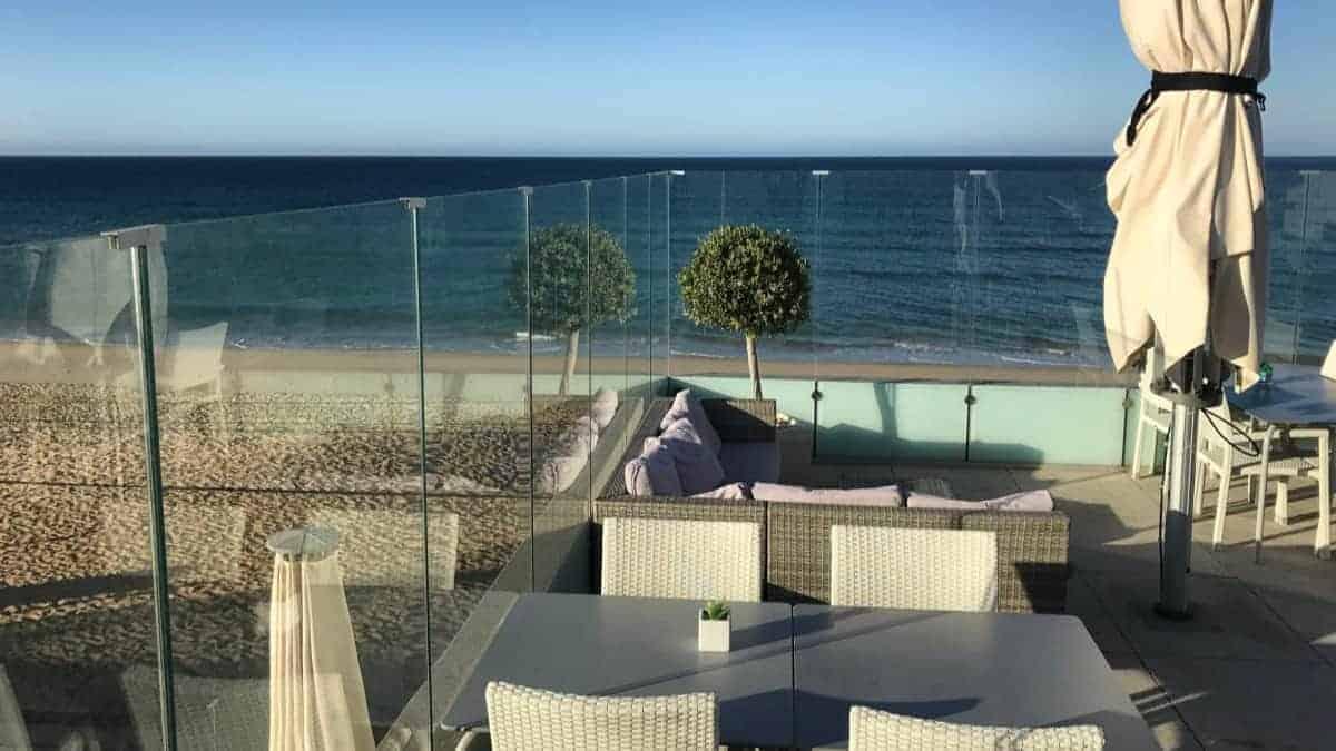 Küstenwanderung Algarve Faro Luxury Beach Guest House Strand Hotel mit Dachterrasse