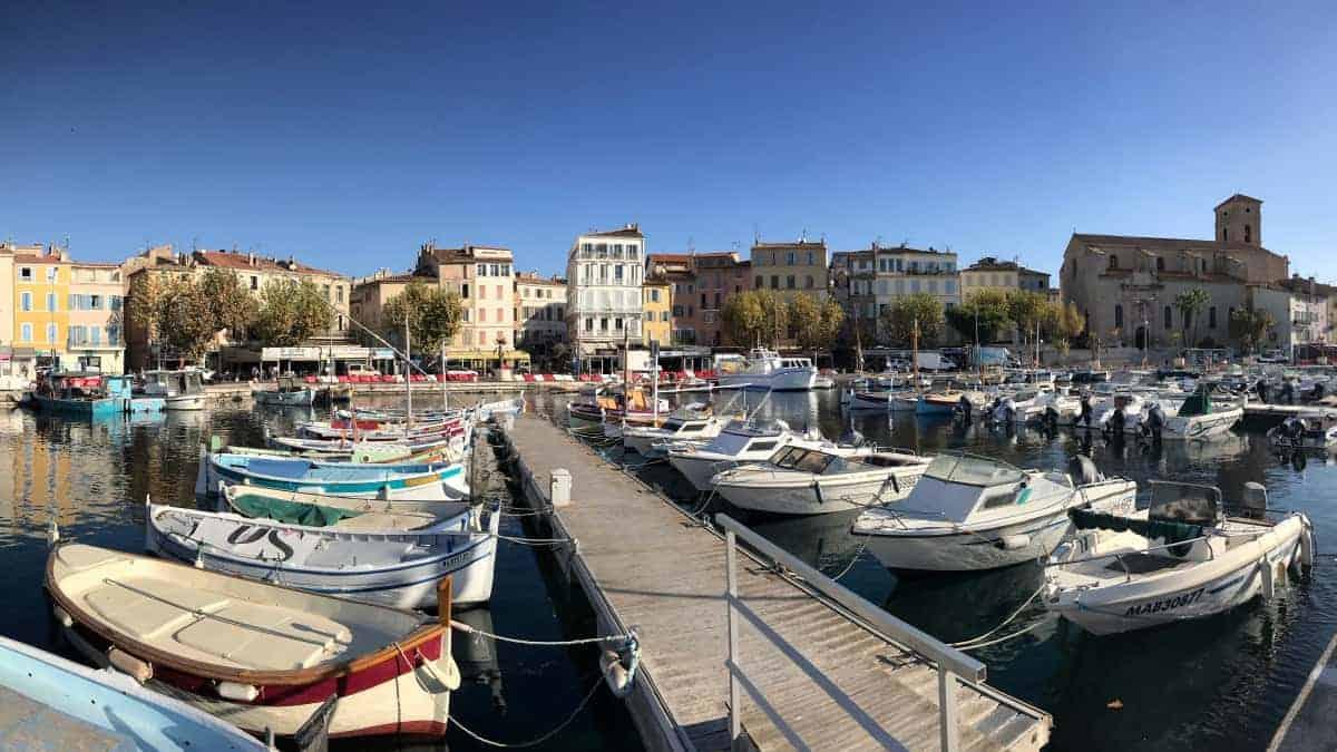 Küstenwanderweg Marseille Etappe 2 La Ciotat besitzt einen netten Stadtkern mit Hafen und Kirche