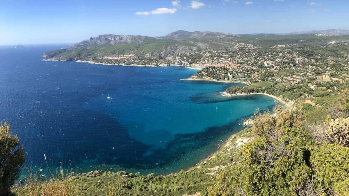 Küstenwanderweg Marseille Etappe 3 Cassis liegt in einer traumhaften Bucht
