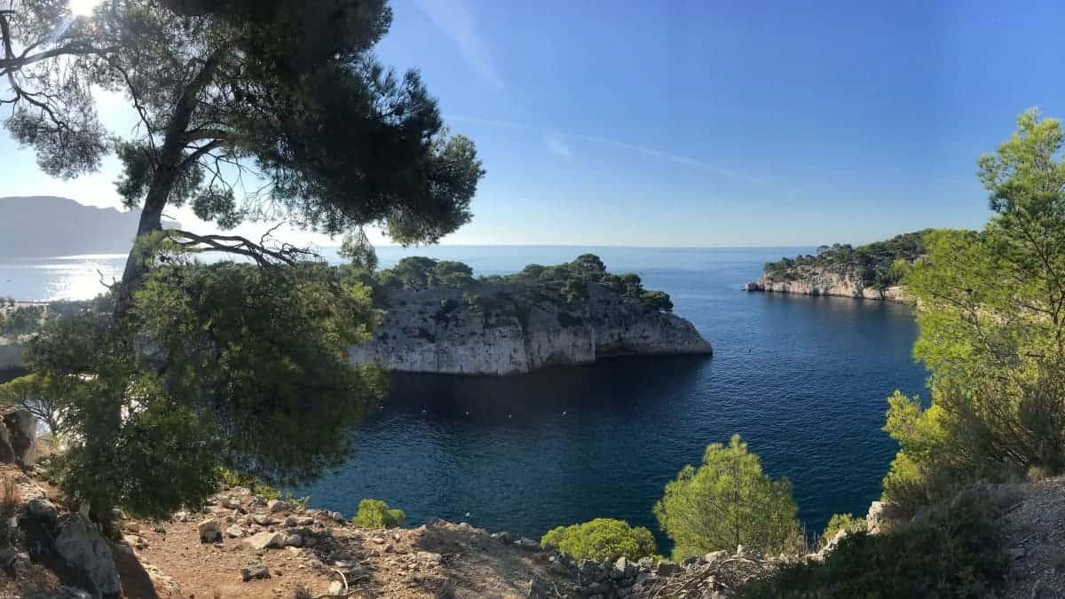 Küstenwanderweg Marseille Etappe 4 die Calanques de Port Miou in der Morgensonne