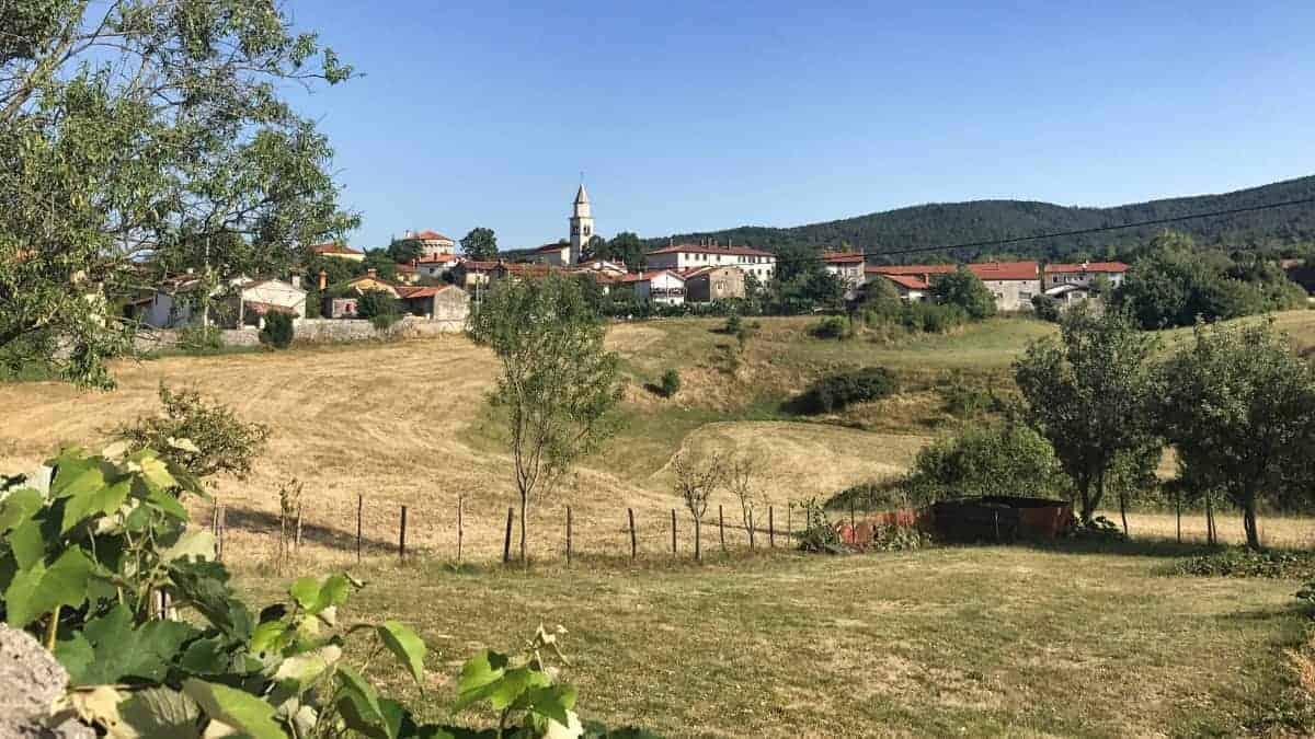 Rundwanderweg Triest Etappe 4 Blick auf Lokev in Slovenien